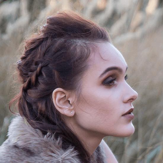 Foto make-up divoženka, zemité barvy, copánkový účes