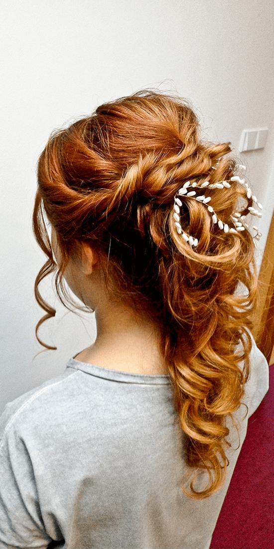 Účes v řeckém stylu z dlouhých rezavých vlasů