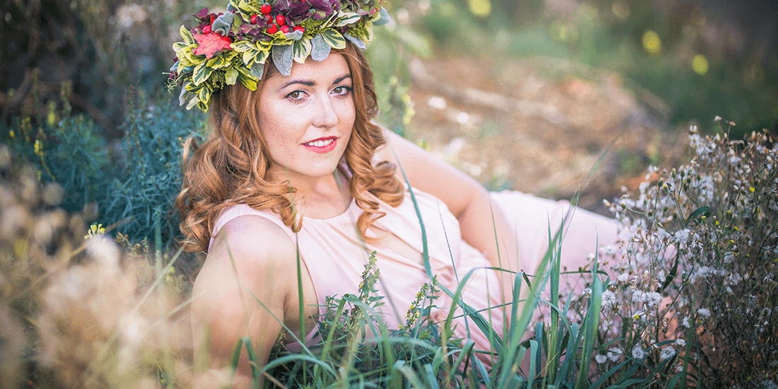 Tématické líčení na fotografii, bohyně, jemné broskvové líčení, věneček, romantické šaty