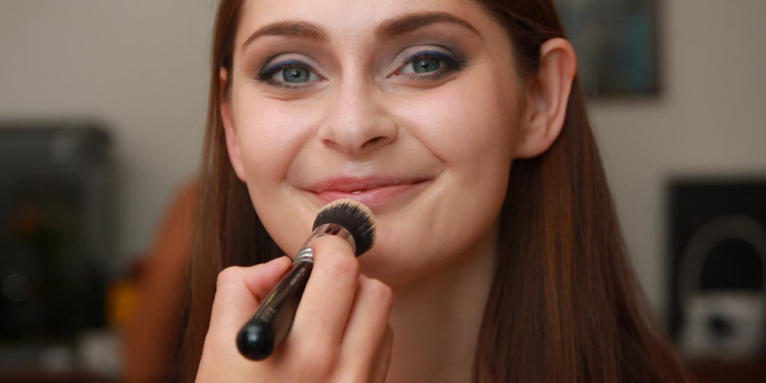 Detail líčení nevěsty, nanášení make-upu, jemné hnědé oční stíny, výrazná linka