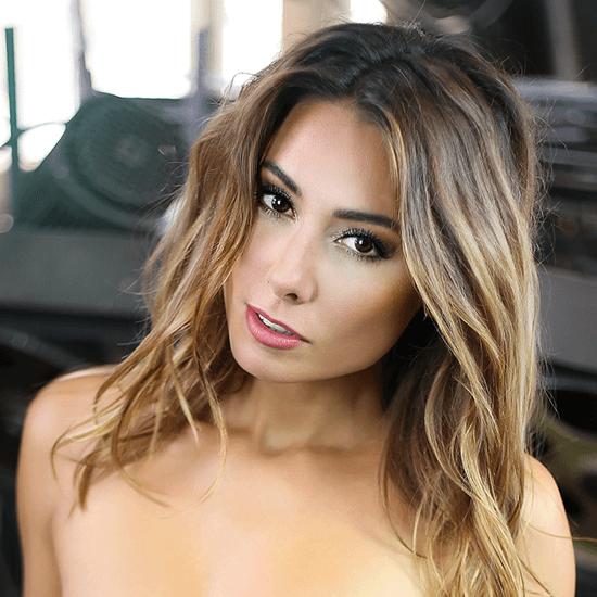 Topless modelka s foto make-upem (třpytivé kouřové oči, výrazné konturování a jemné rty)