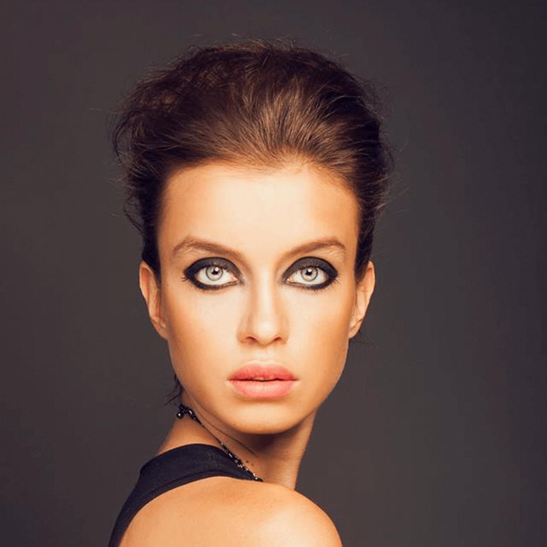 Výrazný foto make-up, černé kouřovky, konturování, jemné rty.