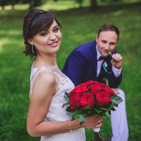 Svatební focení, svatební make-up, třpytivé zlaté oční stíny v kombinaci s černou, sytě růžové rty