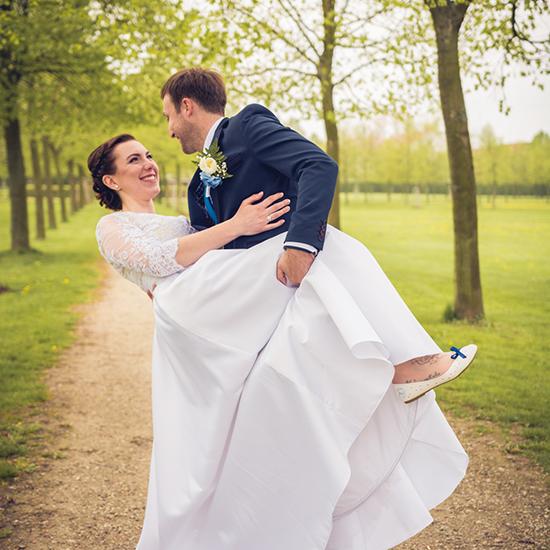 Nevěsta se ženichem se fotí v parku