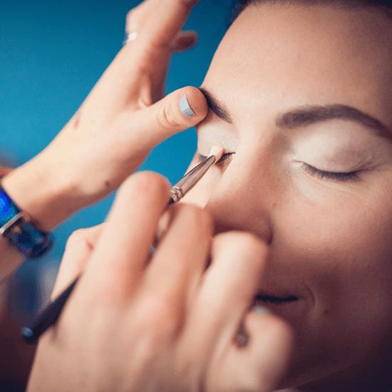 Vizážistka nanáší oční stíny