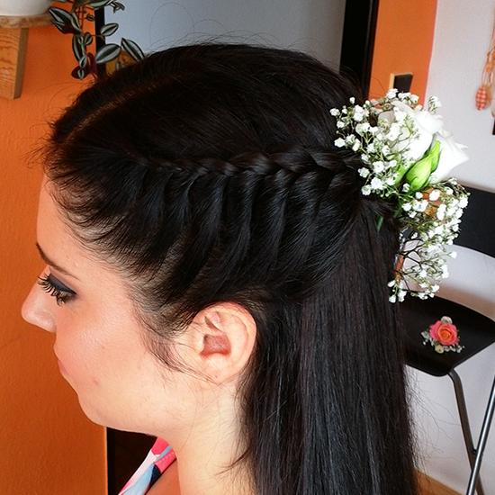Účes pro nevěstu s rozpuštěnými vlasy a zapletenou jednou stranou