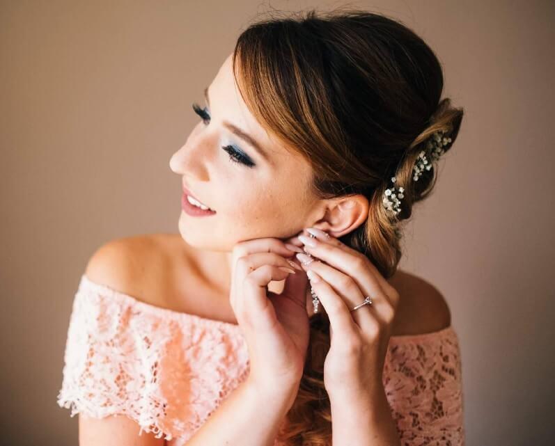Svatební líčení, nevěsta v den svatby, kouřové líčení očí, umělé řasy, nude rty