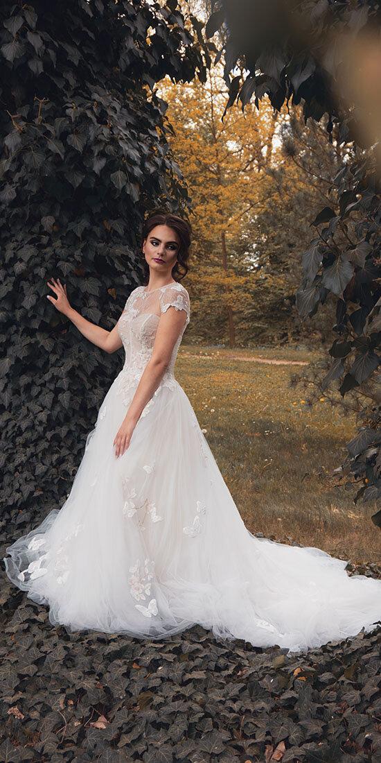nevěsta bruneta břečťan svatební šaty